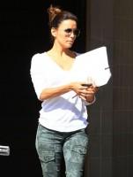6 октября 2013 - Ева Лонгория покидает маникюрный салон в Голливуде, штат Калифорния.