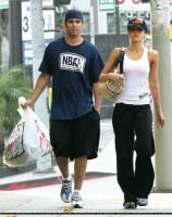 Джессика Альба. Джесс гуляет с Кэшом и ходит по магазинам