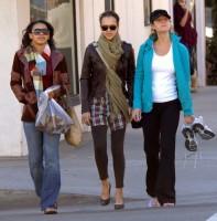 Джессика Альба. Джессика Альба прогуливается с подружками по магазинам