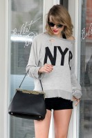 Тейлор покидает танцевальную студию в Лос-Анджелесе, США.