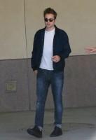 Роберт покидает офисное здание в ЛА