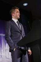 Роб вручает награду на  Australians in Film Awards & Benefit Dinner