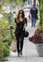12 ноября 2013 - Ева Лонгория покидает салон красоты в Беверли Хиллз, штат Калифорния