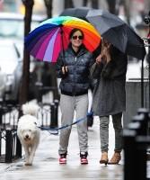 Оливия и Пако во время прогулки по городу