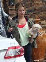 Эшли покидает дом родителей в Лос-Анджелесе с мамой и собакой