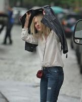 Дакота зашла в кафе Cluny, в Вест-Виллидже, перекусить. А после, выходя из кафе попала под дождь.