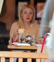 Дакота Фаннинг. Дакота зашла в кафе Cluny, в Вест-Виллидже, перекусить. А после, выходя из кафе попала под дождь.