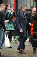 Дэниэл Крэйг покидает ирландский паб, 16 марта (фото)