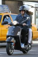 Оливия Уайлд. Оливия и Джейсон катаются на скутере