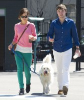 Оливия и ее брат Чарли на прогулке