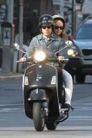 Оливия и Джейсон катаются на скутере