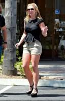 21 апреля - Бритни посетила салон маникюра в Thousand Oaks