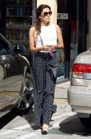 16 октября 2013 - Ева Лонгория остановилась чтобы купить кофе и снять денег с ATM, Голливуд.