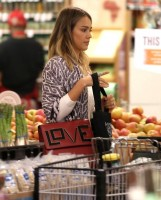 """Джессика Альба закупается в """"Whole Foods"""""""