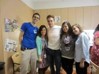 Роберт Паттинсон. Роберт навещает детей в детской больнице Лос-Анджелеса.