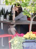 Миранда была замечена в кафе с другом