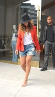 Бейонсе покидает магазин «Alice & Olivia» в Западном Голливуде