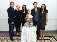 • Актеры позируют с тортом, сделанным специально для Great Ormond Street Hospital
