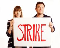 """Джессика Бил и Джейсон Бейтман поддерживают """"туалетный протест"""" Мэтта Дэймона."""