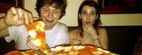 Личное фото Эммы, Эвана и их пиццы.