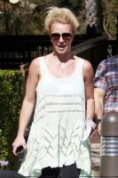 Бритни Спирс. 18 апреля - Бритни покидает здание офиса в Лос Анджелесе