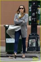 Джессика Бил. Джессика прогуливается по улицам Нью-Йорка в пятницу днём: