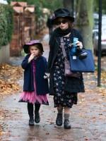 Хелена Бонэм Картер. Хелена Бонэм Картер с дочерью Нелл в Лондоне, 31 октября.
