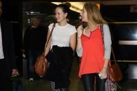 Оливия в компании своей подруги Барбары Берчфилд в международном аэропорту Сан-Паулу