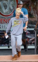 Бритни Спирс. 21 июля - Бритни и Дэвид посетили салон Forever Bella Spa и супермаркет Gelson's в Thousand Oaks