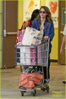 """Джессика Альба закупается продуктами в """"Whole Foods"""""""