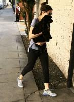 Миранда со своей собакой Пенелопой в Беверли-Хиллз