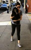 Миранда Косгроув. Миранда со своей собакой Пенелопой в Беверли-Хиллз