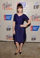 """Очаровательная Зоуи на благотворительном вечере в поддержку больных раком """"Stand Up to Cancer""""."""