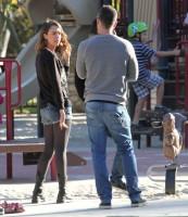 Джессика Альба с семьей в парке Coldwater Canyon